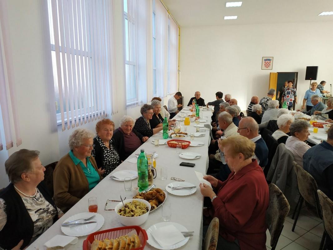 Povodom Dana starijih osoba Povodom Dana starijih osoba KNEGINEC Udruga umirovljenika organizirala druženje za članove starije od 80 godina